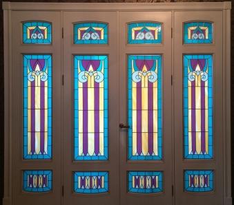 Белые двери с витражным стеклом