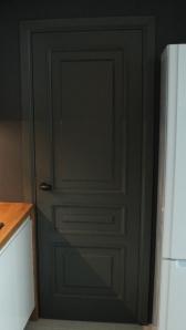 Черная межкомнатная дверь из массива в эмали